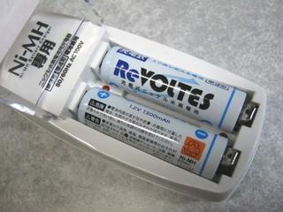 2012-01-07_Daiso_20_充電器に電池セット_01.JPG